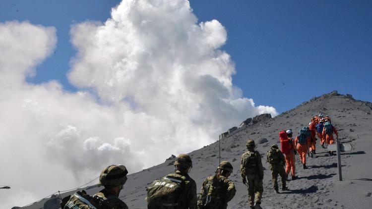 la-fg-31-hikers-presumed-dead-after-japanese-v-001